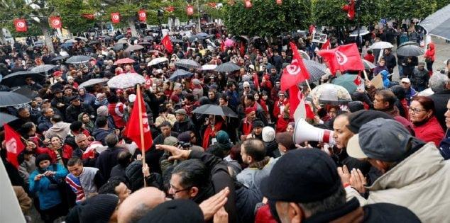 تصادم بين المواطنين والأمن إثر إحتجاجات واسعة بعدد من ولايات الجمهورية