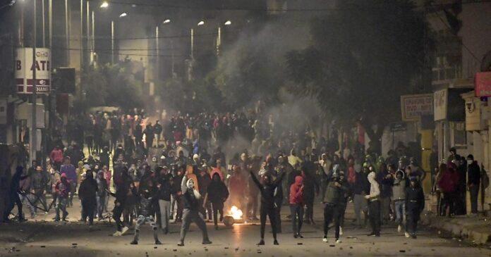 قمع الإحتجاجات الليلية يضع النهضة في قفص الإتهام