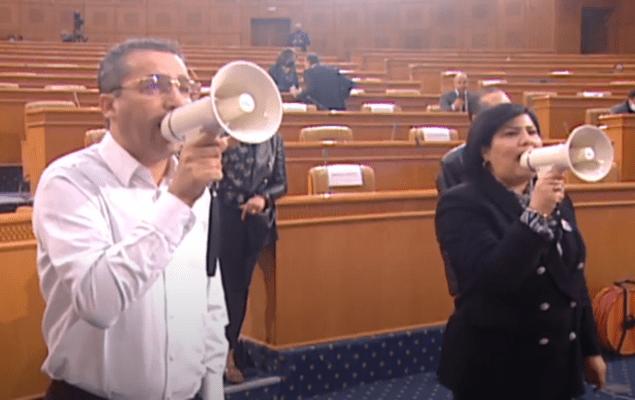 إحتجّ نواب كتلة الدستوري الحر، اليوم الثلاثاء 02 فيفري 2021، داخل مجلس نواب الشعب، باستعمال مكبّرات الصوت.