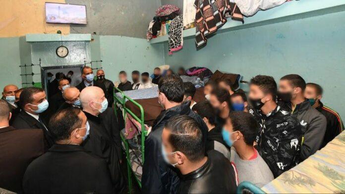Saied rend visite aux détenus à la prison de Mornaguia