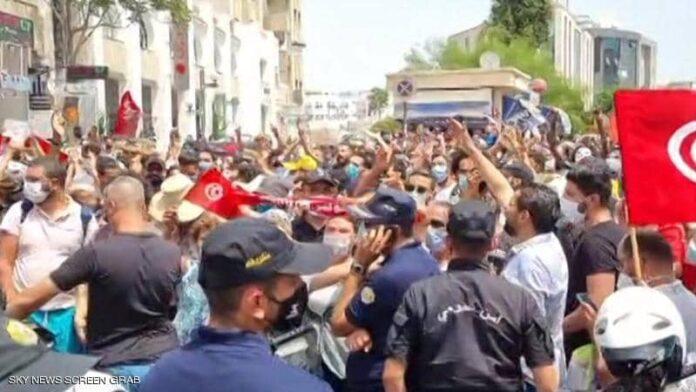توترات في تونس بعد أن علق الرئيس البرلمان