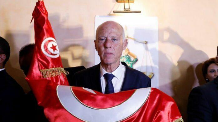الرئيس التونسي يقول البرلمان معلق إلى أجل غير مسمى