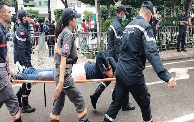 Manifestation-Les manifestants ont attaqué les journalistes en leur lançant des pierres et des bouteilles. Ce dernier a dû se mettre à couvert en escaladant le kiosque à tabac pour échapper à ses agresseurs.